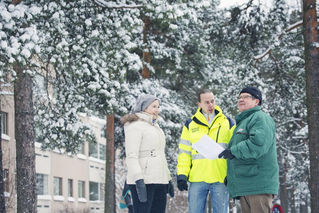 Kaisa Komulainen, Jake Hakulinen ja Kari Hätälä kiertelivät 13 000 asukkaan Kontulassa ja keskustelivat katu- ja viheralueiden hoidosta. Kontulan yhteistoimintaurakan tavoitteena oli saada yleiskuva asukkaiden tyytyväisyydestä ja toiveista alueen kehittämiseksi. Saatu palaute kertoi muun muassa puistojen tärkeydestä asukkaille.
