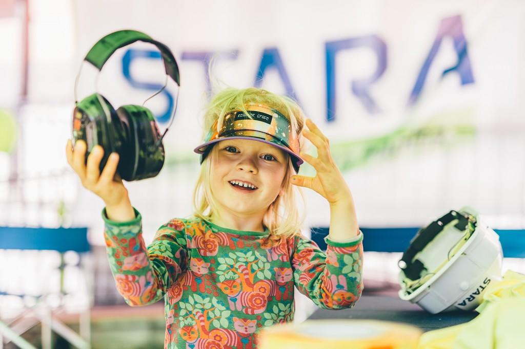Turvallisuus ennen kaikkea. Staran pisteellä lapset tutustuivat rakentajien työhön ja kokeilivat suojavarusteita: kypäriä, kuulosuojaimia, suojalaseja ja huomioliivejä.