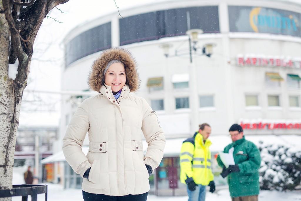 Kontulan sydän on Aino Tandefelt-Launilan suunnittelema ostoskeskus, joka valmistui vuonna 1967. Kaisa Komulaisen taustalla komeilee alueen maamerkki, keskusaukion pyöreä torni, jonka huipulla Kari Hätälä muisteli juhlineensa nelikymppisiään.