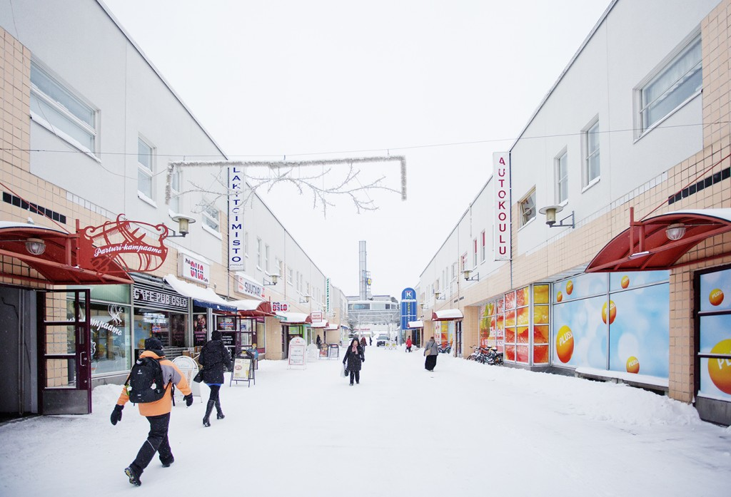 Pääasiassa 1960- ja 1970-luvuilla rakennettu Kontula on yksi Helsingin ja Suomen suurimpia lähiöitä. Korkeille taloille vastapainoa luovat väljät pihat ja suuret puistot. Suomen suurimman kattamattoman ostoskeskuksen kujilla riittää vilinää.